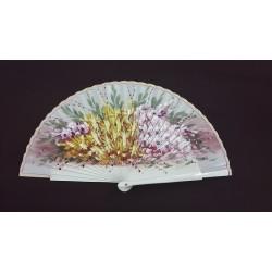 Abanico crema con motivos florales y varillaje sin calar.