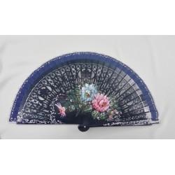 Abanico azul marino, motivo floral, país y varillaje calado.