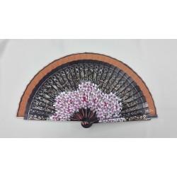 Abanico caoba con motivo floral, país estrecho y varilla calada.