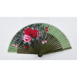 Abanico verde con motivos florales con varillaje sin calar.