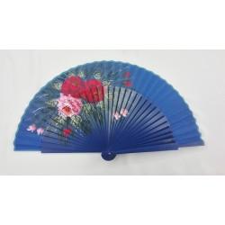 Abanico azulina con motivos florales con varillaje sin calar.