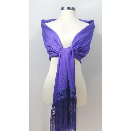Estola lisa fabricada en seda y flecada totalmente a mano.