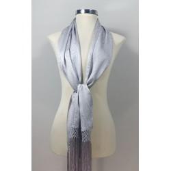 Bufanda lisa fabricada en seda y flecada a mano.